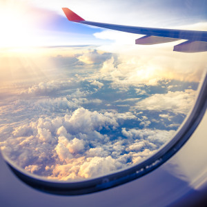 Wolken und Himmel aus Flugzeugfenster