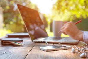 Laptop und Handy auf Holztisch