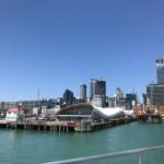 Blick von der Fähre zurück auf die Skyline von Auckland.