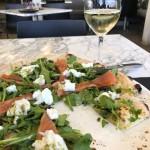 Superleckere Pizza und ein Glas preisgekrönter Sauvignon Blanc von 2017. Passte hervorragend.