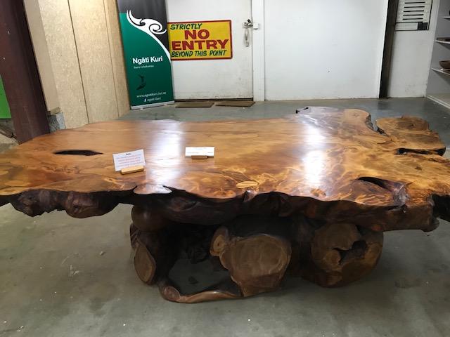 """Ein Tisch aus dem Holz dieses """"unearthed"""" Kauri."""