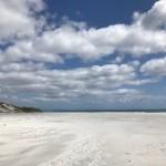 Total weißer Sandstrand. An der Ostküste ist der Sand meist viel heller und weicher als im Westen.