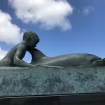 1955/56 tummelte sich hier ein Delfin, der mit allen Menschen spielte. Ihm zu Ehren wurde dieses Denkmal errichtet. Anscheinend beherrschte dieses freundliche Wesen bis zu seinem unerklärlichen Tod (er wurde wohl erschossen) die Nachrichten in Neuseeland.